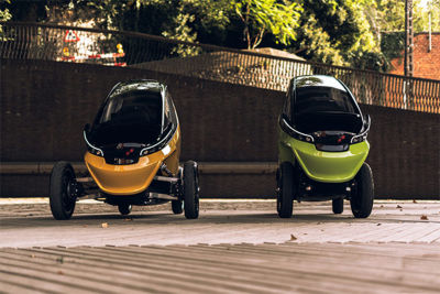 The Triggo vehicle transforms from cruising mode (left) to maneuvering mode (right) in just one second while driving.